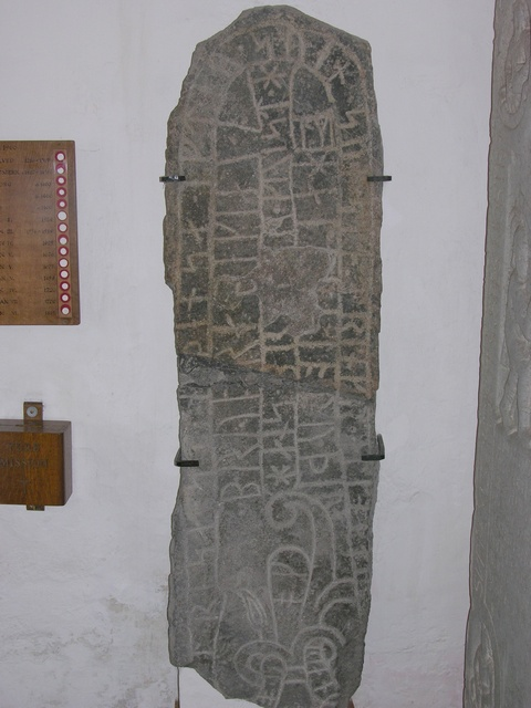 Runesten Nyker Rundkirke photo
